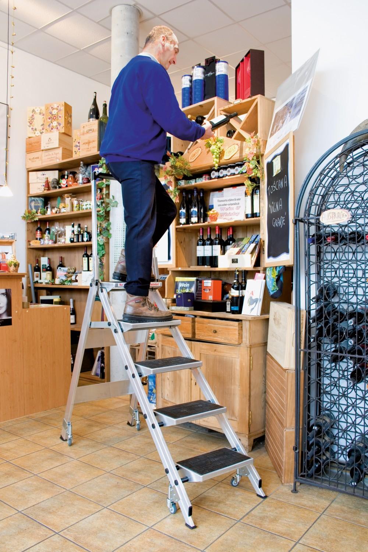 Haushaltsgeräte Zum Staubwischen oder Fensterputzen: Alu-Klapptreppe von WAKÜ mit breiten Trittstufen - News, Bild 1